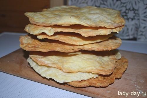 Когда коржи все выпеклись и остыли, можно приступать к сборке торта. Ф16