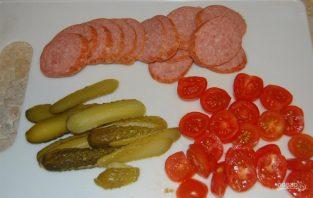 Бутерброды горячие с колбасой и сыром - фото шаг 3