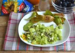 Салат с курицей, авокадо и киви - фото шаг 3