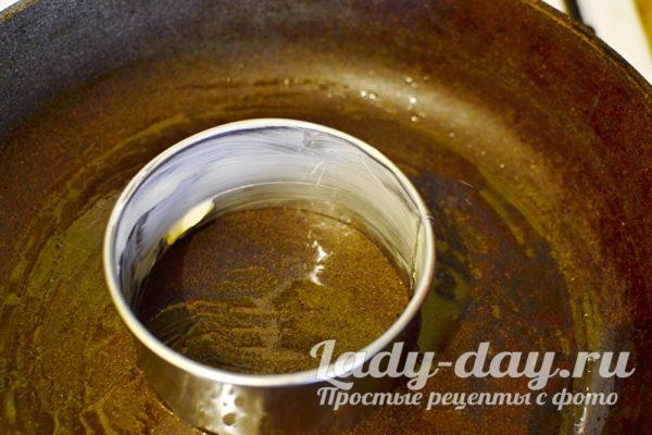 кольцо на сковороде