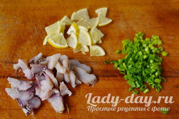 нарезать лук, лимон и рыбу