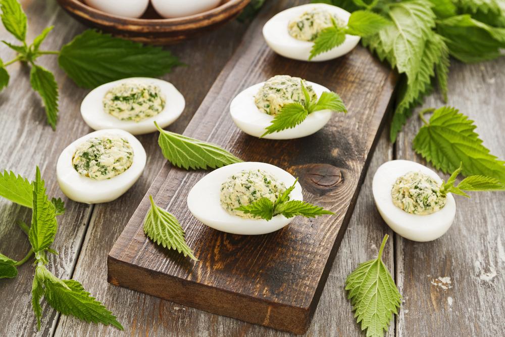 Сваренные и фаршированные крапивой куриные яйца