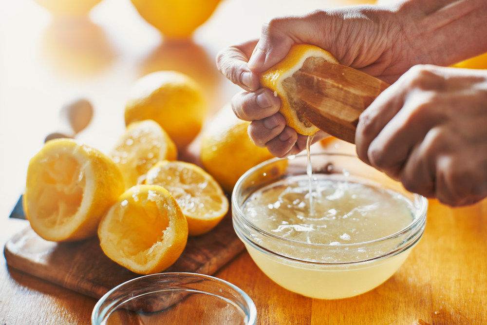 Чистка алюминиевых кастрюль лимонным соком