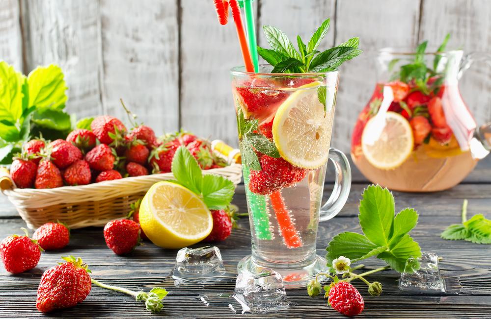 Газированная вода с клубникой, мятой и лимоном