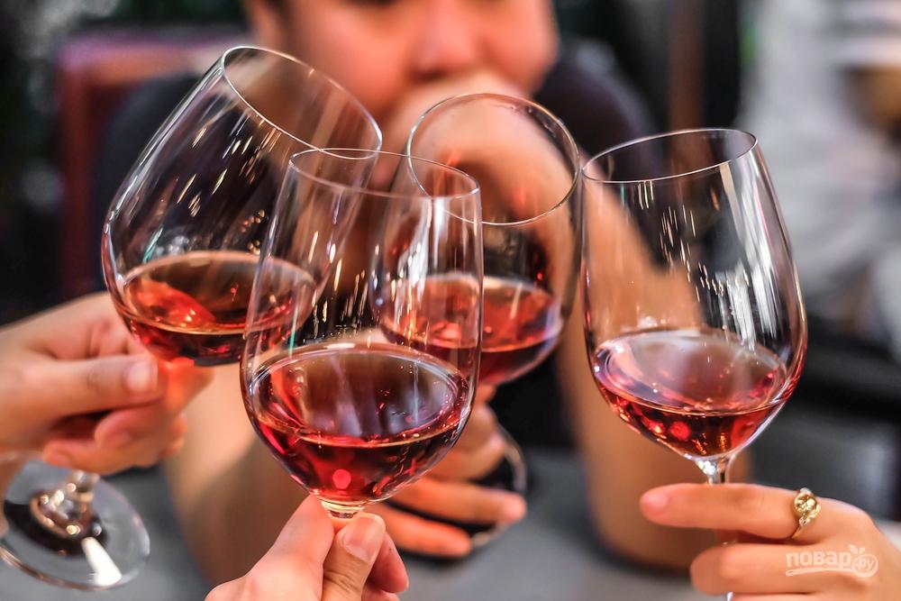 Люди пьют вино