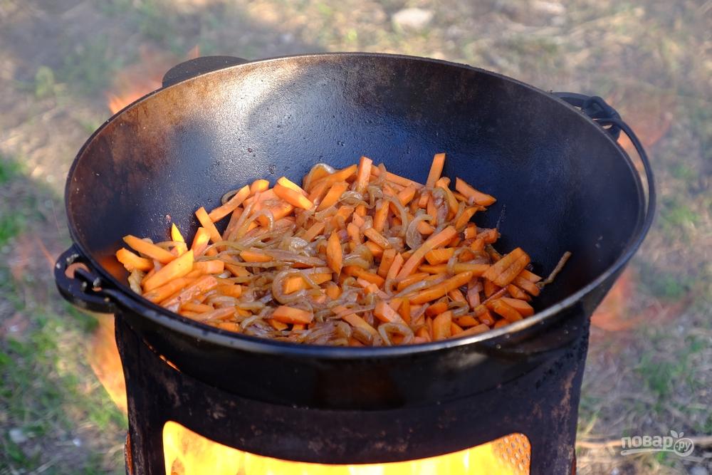 Готовим плов: обжариваем морковь