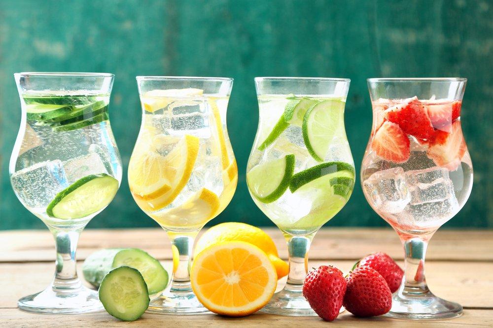 Вода с ягодами и фруктами