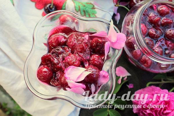 Варенье из черешни с розовыми лепестками