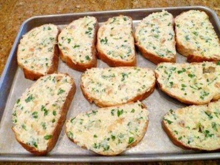 Батон запеченный с сыром и чесноком в духовке