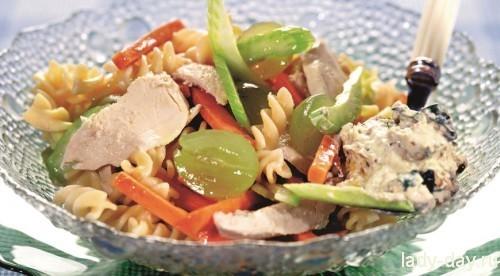 Макаронный салат с курицей и виноградом