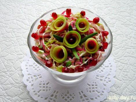Мясной салат с арбузной редькой и пекинской капустой