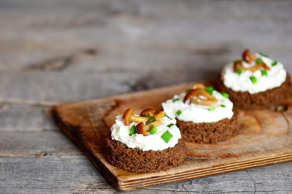 Закуска из хлеба, крем-сыра и маринованных грибов
