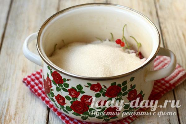 засыпаем сахаром ягоду