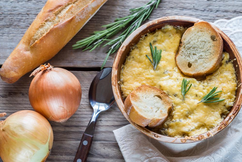 Луковый суп с французским батоном