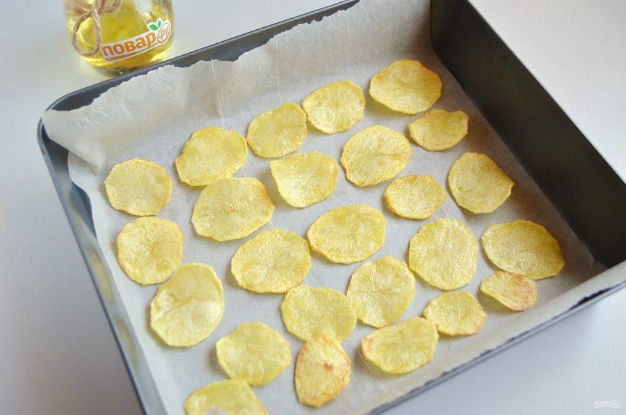 Картофельные чипсы надо подсушить в духовке