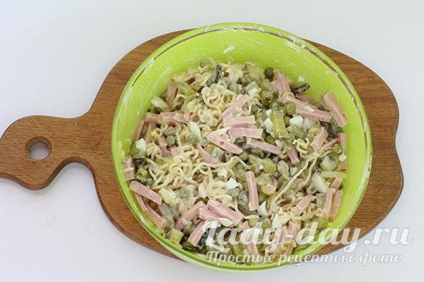 Салат из мивины с колбасой