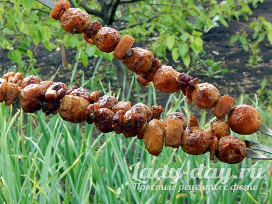 шашлык из картошки с салом на шампурах