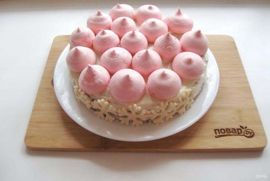 Торт можно украсить готовыми безе