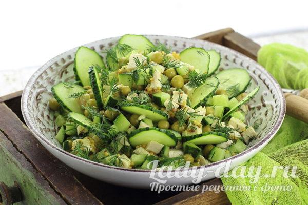 Салат с курицей, огурцом и зеленым горошком