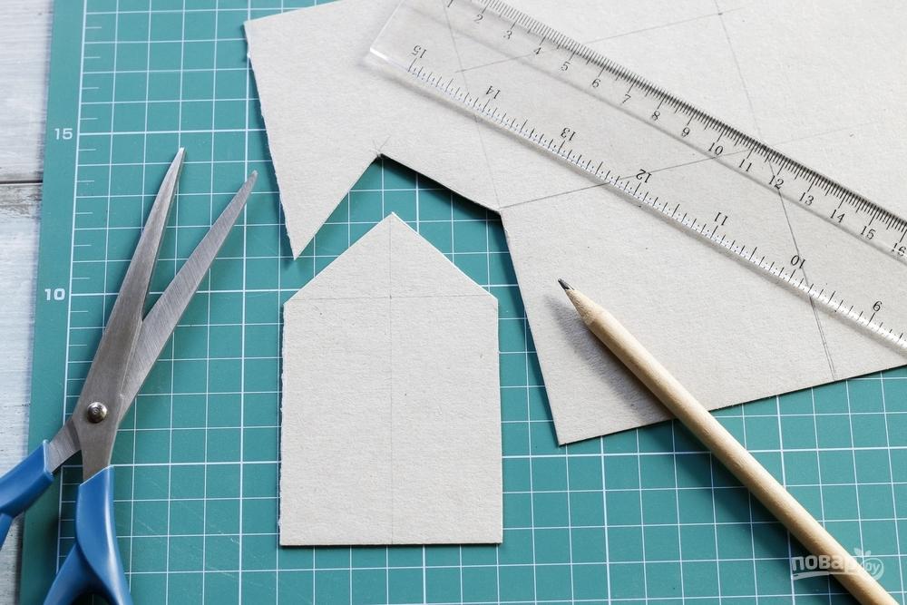Вырезаем детали из бумаги для имбирного домика