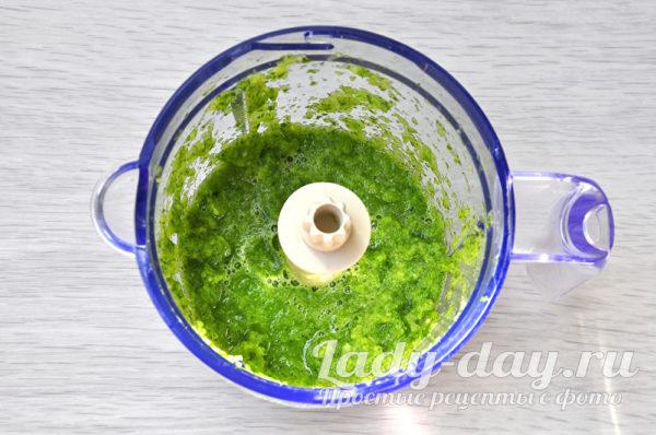 зелень в чаше блендера