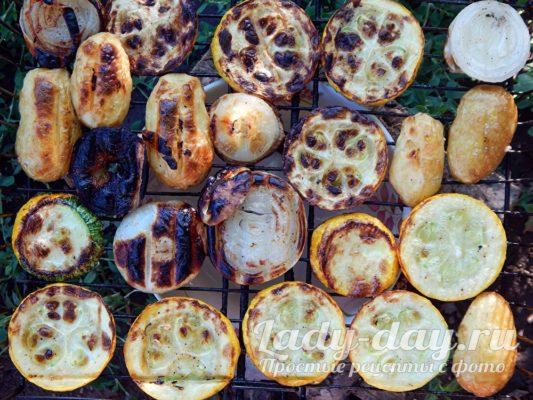 овощи на костре на решетке