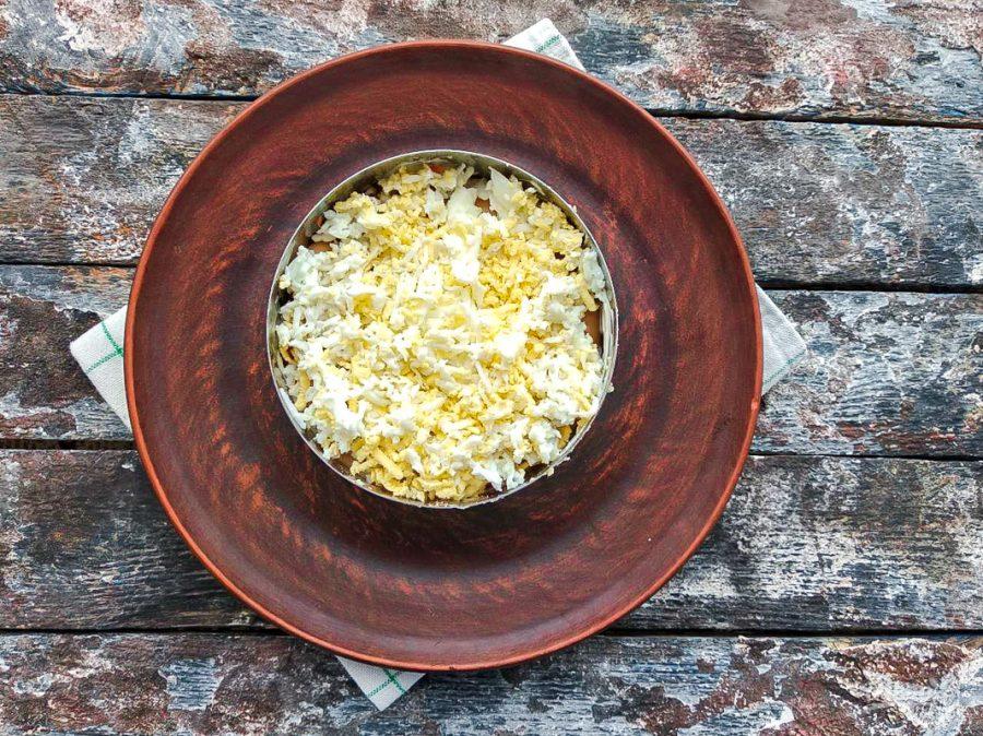 Слоеный салат можно оформить при помощи кольца