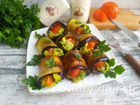 Рулетики из баклажанов с помидорами, чесноком и авокадо