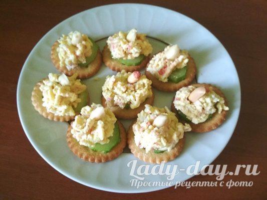 Праздничная закуска на крекерах с крабовыми палочками