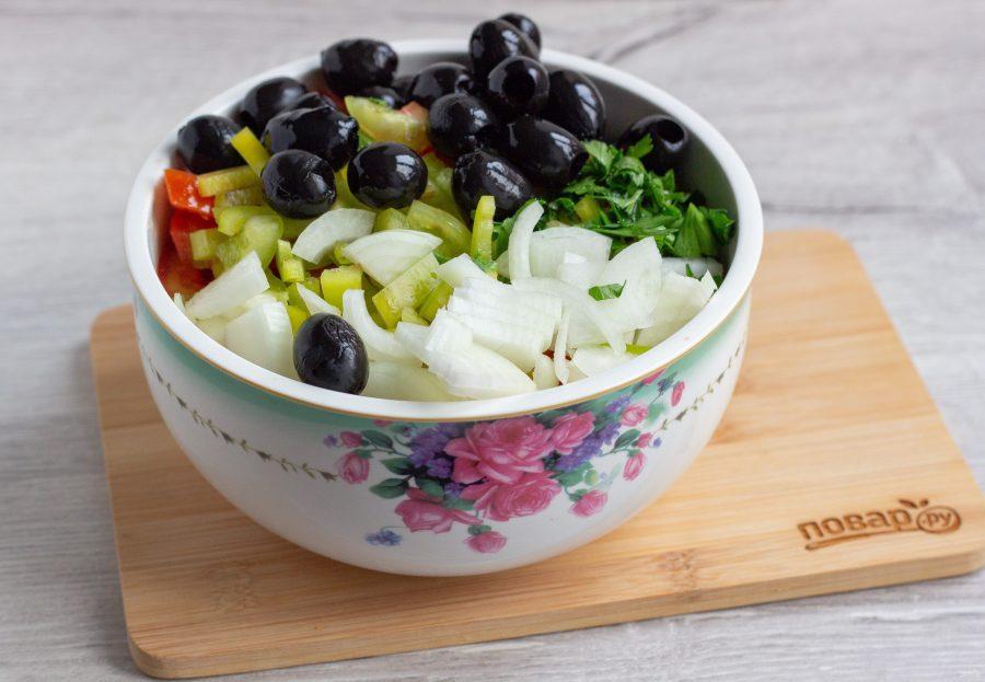 Приготовление овощного салата с маслинами