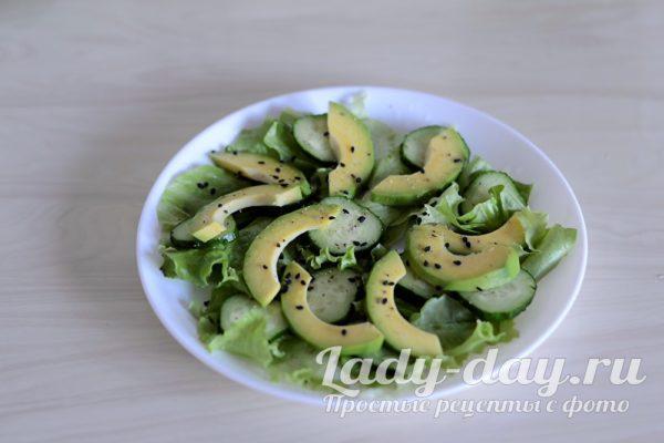 поперчить и посолить салат