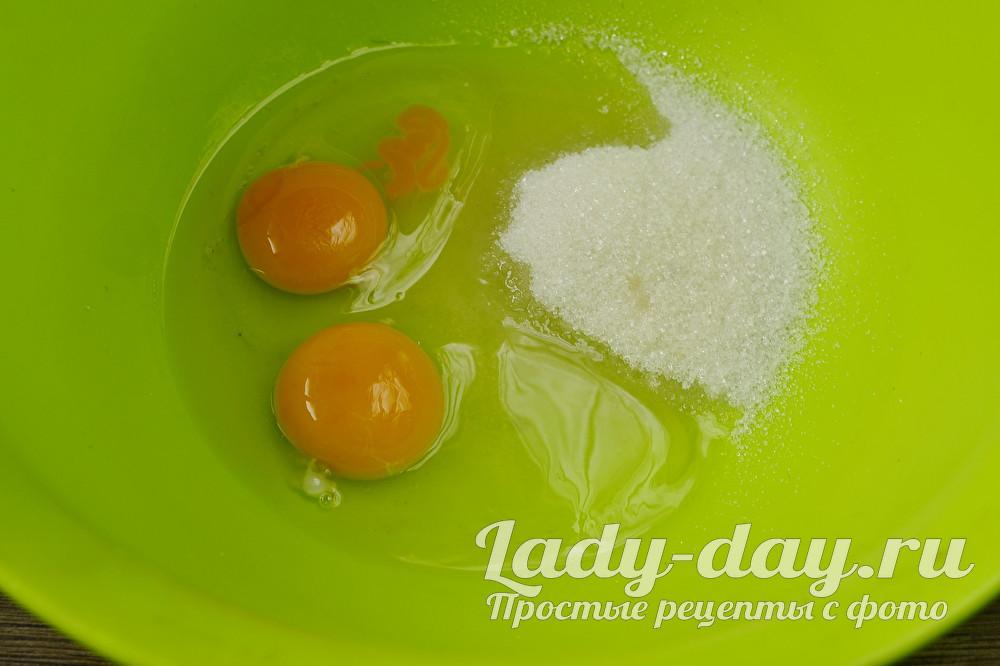 соединить сахар и яйца