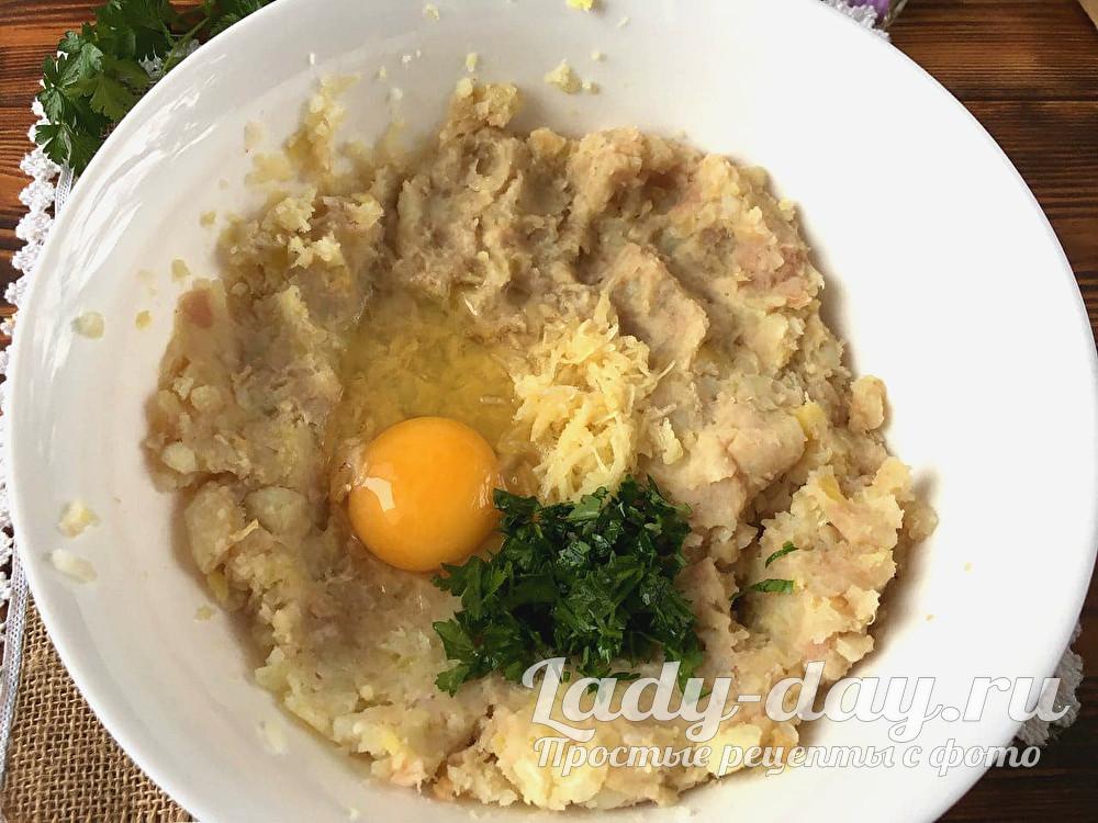 добавить яйцо, зелень и чеснок