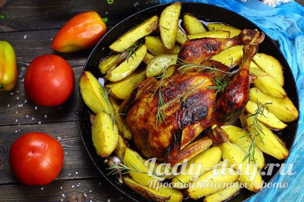 Целая курица с картошкой в духовке