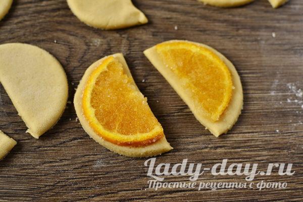 положить апельсин