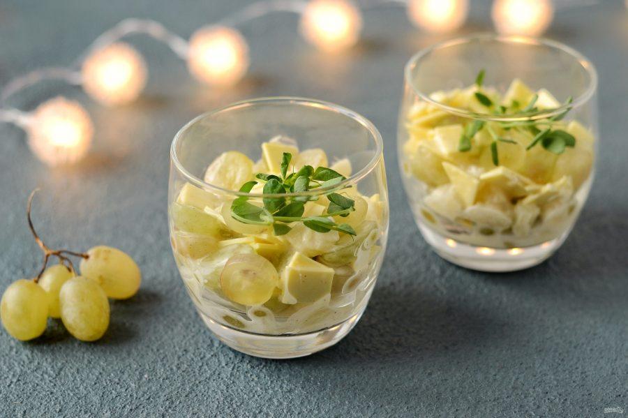 Сырный салат с виноградом и ананасом