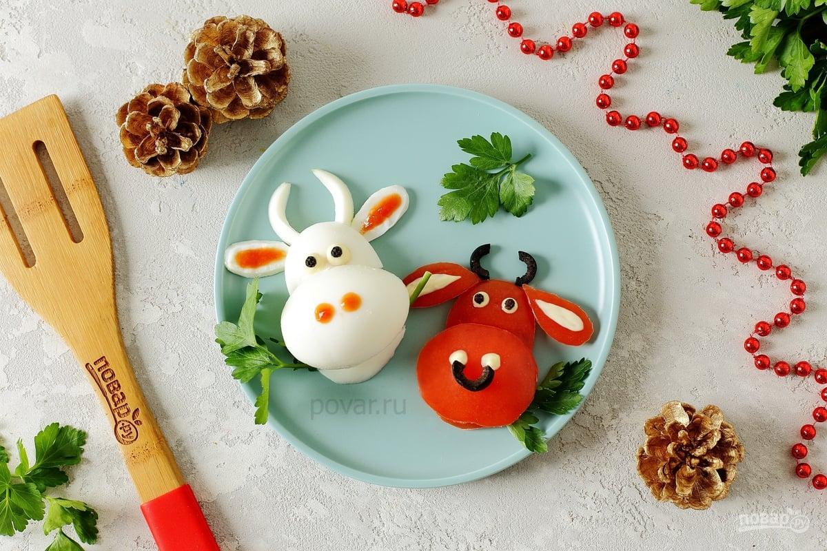 Веселые бычки из яиц и помидоров