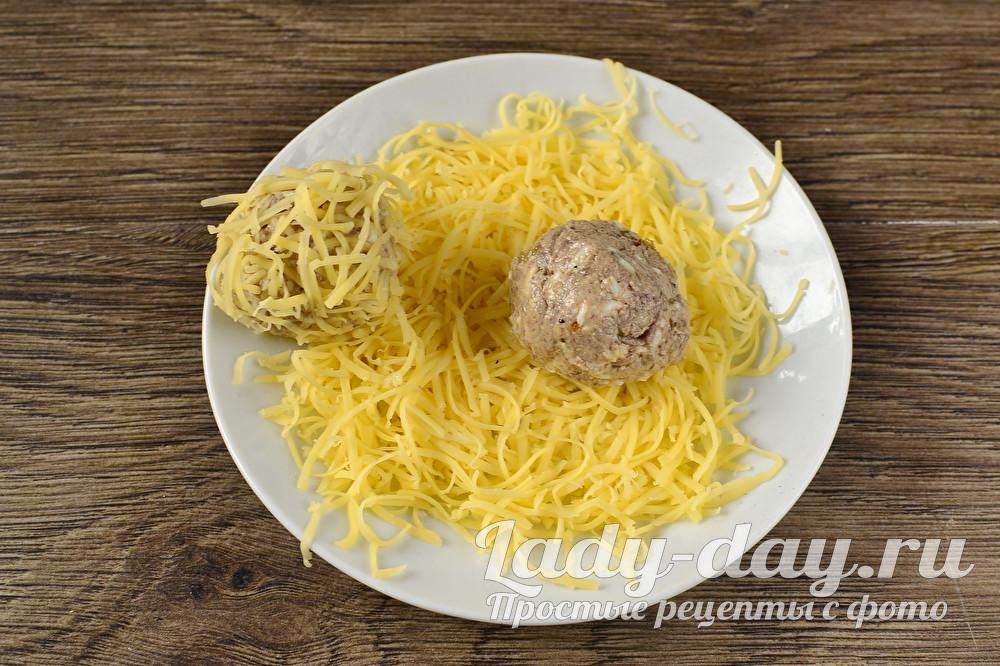 обвалять шарики в сыре