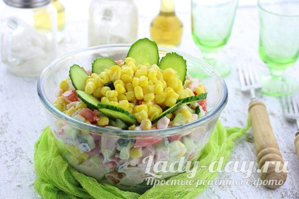 Салат с копченой курицей, свежим огурцом и помидором