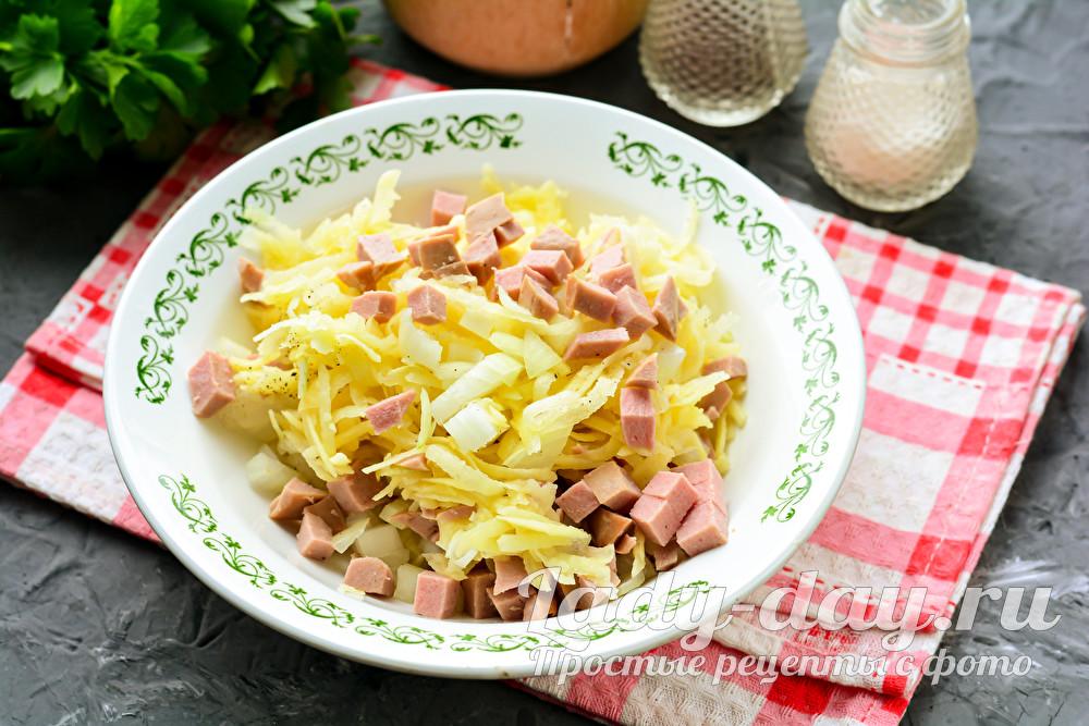 соединить картошку, колбасу и лук