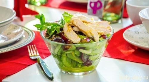 Салат с сельдереем, курицей, орехами и виноградом