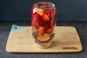Рецепт компота из клубники на зиму - фото шаг 6