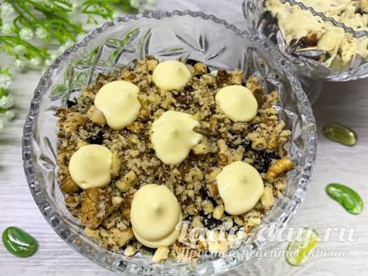 Нежность — салат с курицей, черносливом и грецкими орехами! Уплетают за обе щеки