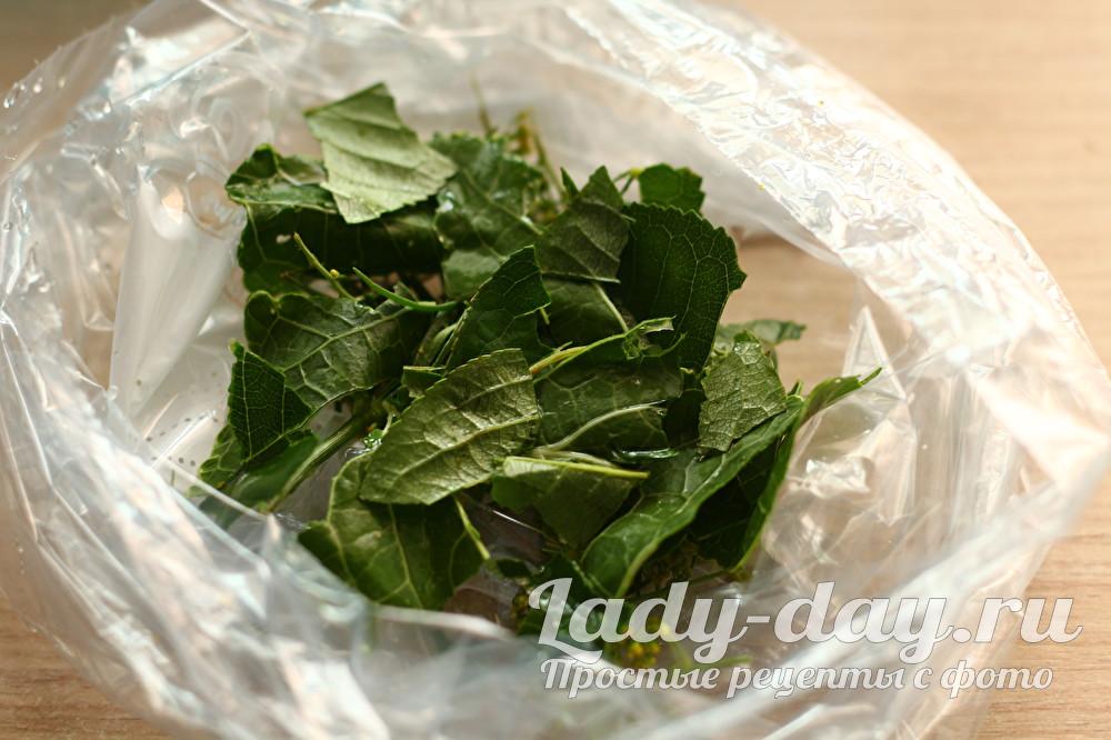 Зелень укропа мелко нарезаем или рвем руками и также отправляем в пакет
