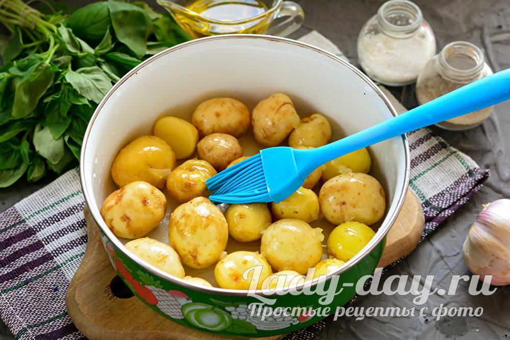 Золотистая молодая картошка с чесноком и травами в духовке