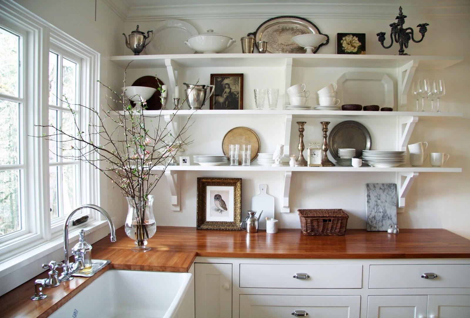 Идеи как на кухне разместить посуду и сковородки